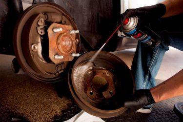 Почему скрипят барабанные тормоза при торможении?