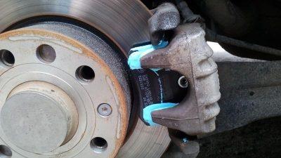 Скрип тормозных колодок при движении устранение