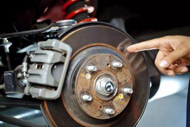 Почему скрипят новые тормозные колодки при торможении?