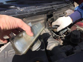 Почему вытекает тормозная жидкость из бачка?