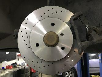 Для чего нужна перфорация на тормозных дисках?