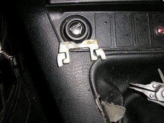 Заклинило ключ в замке зажигания что делать?