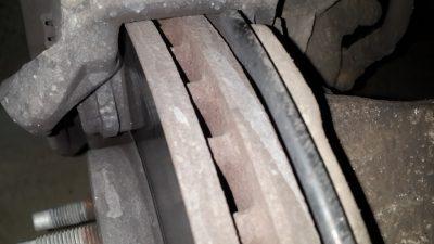 Как проверить тормозные колодки не снимая колеса?