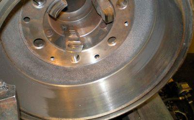 Проверить и проточить тормозные барабаны на грузовике